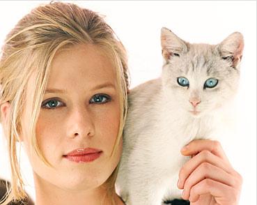 magda woitzuck, foto DUM; n.b. woitzuck ist hier neben einer katze abgebildet und kann sehr erschreckende geschichten von katzen erzählen, sieht jedoch, wenn ihr geschichten von katzenblogs erzählt werden, so drein: http://www.ipernity.com/doc/173256/12611681 ; zum verhältnis zwischen der leitmetapher des folgenden textes, den fischen, und katzen, siehe: http://www.youtube.com/watch?v=168HoM1dKqk&feature=player_embedded